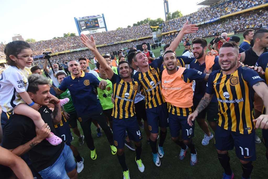 Los jugadores de Rosario Central festejan el triunfo en el clásico del sur provincial. Crédito: Télam