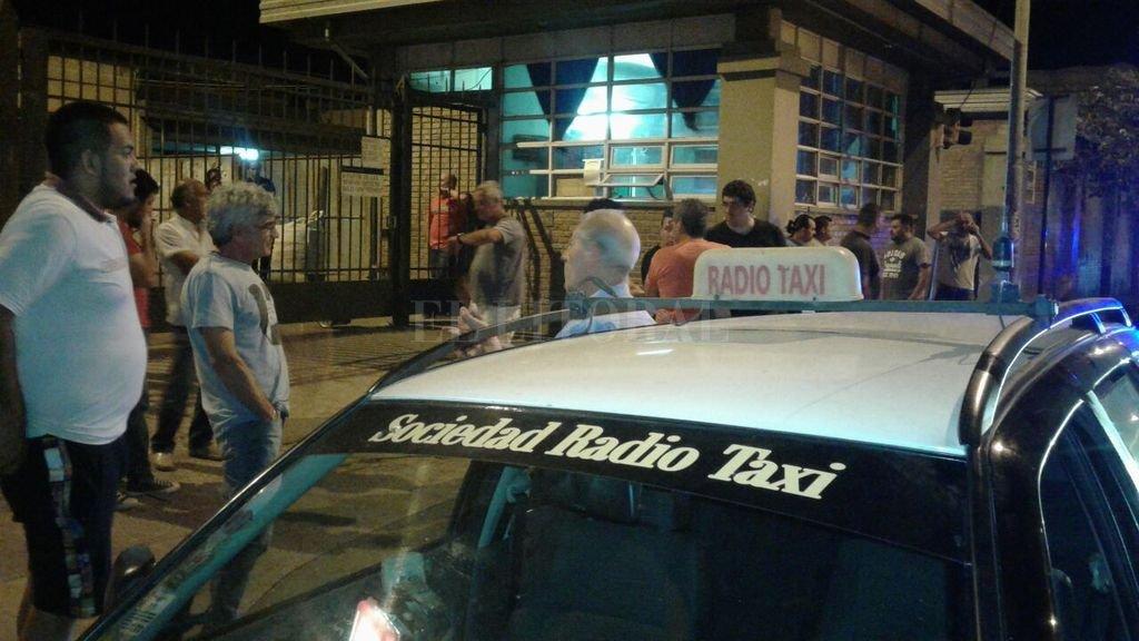 Momentos de gran congoja se vivieron en la puerta del Hospital Cullen entre los compañeros del taxista, que se fueron convocando a medida que se enteraban de la terrible noticia.  Danilo Chiapello