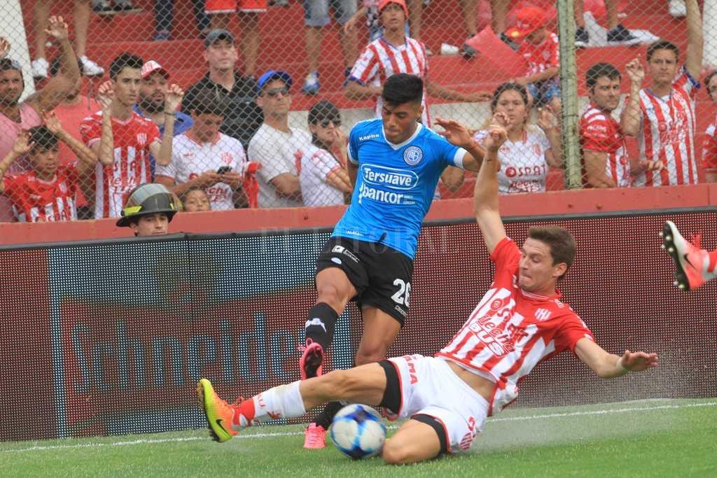 No es la foto de un defensor sino la de un delantero y goleador, Franco Soldano, que así colabora en la recuperación de la pelota para su equipo. <strong>Foto:</strong> Pablo Aguirre