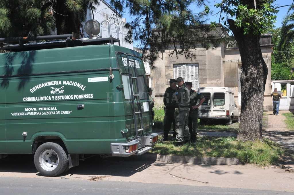 La búsqueda se concentró en la parte posterior de la vivienda (en un patio) donde se realizaron tareas de desmalezamiento. Flavio Raina