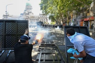 Fotos: corridas, pedradas, armas caseras y gases fuera del Congreso