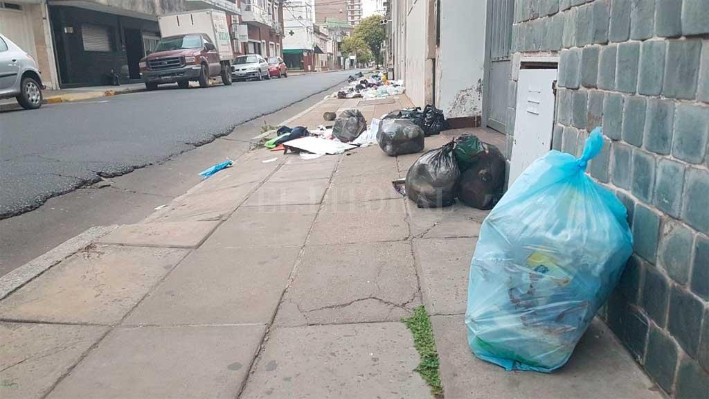 El centro de la ciudad amaneció con bolsas de residuos en las veredas. No hubo recolección nocturna Crédito: El Litoral