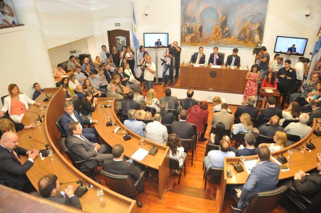 El nuevo Concejo ya mide fuerzas argumentales: las tres fuerzas políticas empiezan a desmarcarse unas de otras en sus estrategias discursivas dentro del recinto. Crédito: Flavio Raina