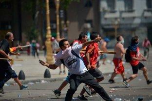 Detectaron a un policía de la Bonaerense tirando piedras frente al Congreso