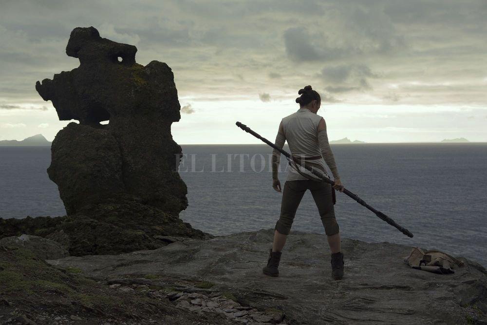 Rey (Daisy Ridley) entrenando en el ancestral planeta Jedi de Ahch-To, buscando que Luke Skywalker se convierta en su maestro. Gentileza Lucasfilm Ltd.