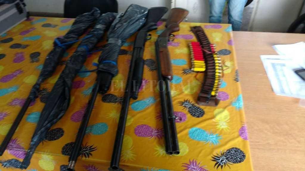 Las armas de fuego secuestradas en los allanamientos de este miércoles <strong>Foto:</strong> Gentileza Secretaría de Comunicación Social