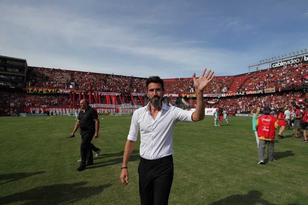 El técnico saluda a la hinchada sabalera en una de las victorias de Colón en 2017 <strong>Foto:</strong> Pablo Aguirre
