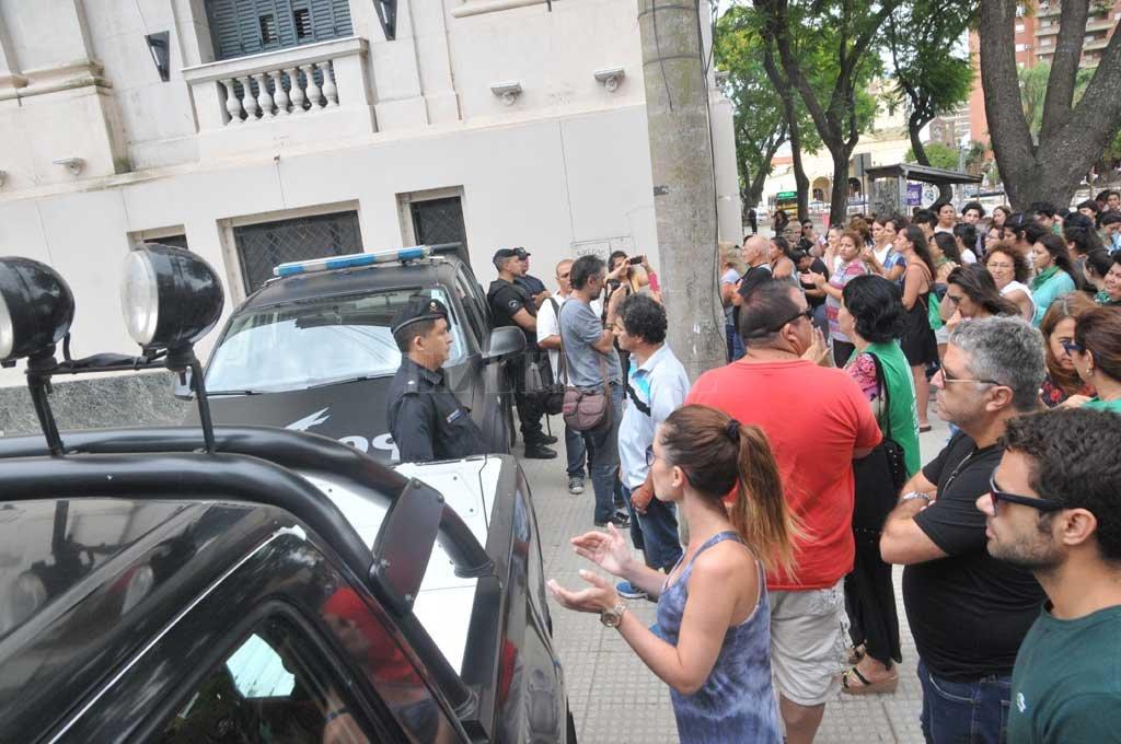 Familiares, allegados y organizaciones sociales en la puerta de tribunales, el domingo mientras se realizaba la audiencia imputativa a Solís <strong>Foto:</strong> Flavio Raina