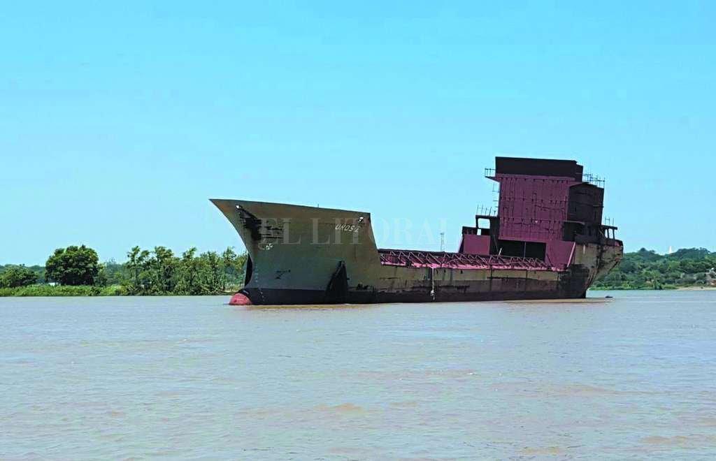 Un navegante tomó este registro fotográfico del paso del Uros Z por el Paraná. Crédito: Gentileza