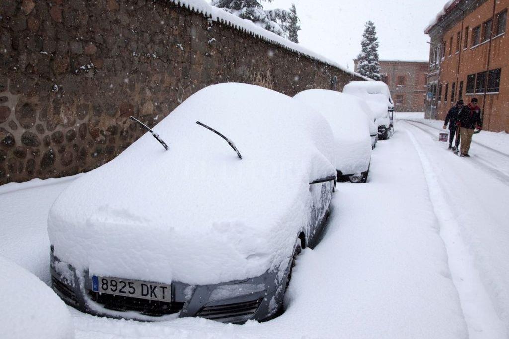 Coches cubiertos por la nieve caída durante el temporal que afecta a Ávila.  El País
