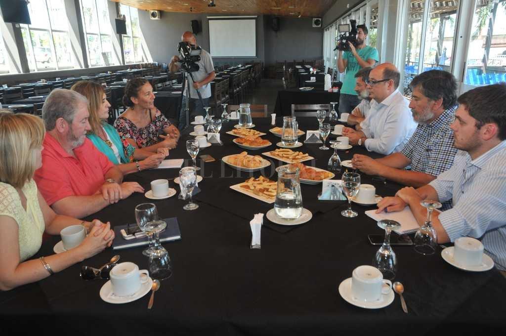 La mesa. La reunión se llevó a cabo en un restaurante de la Costanera Este, sobre la laguna Setúbal, cuyas aguas están en el ojo de la tormenta debido a la contaminación denunciada por científicos locales. <br /> <strong>Foto:</strong> Flavio Raina