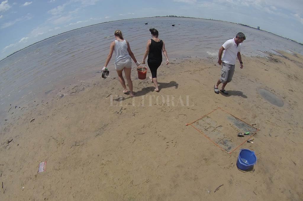 Laguna. Un equipo de científicos del Conicet-UNL detectó la presencia de unas 100 botellas plásticas por kilómetros en la Setúbal. <strong>Foto:</strong> Gentileza