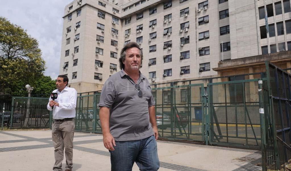 Nuñez Carmona sale de Tribunales de Comodoro Py.  <strong>Foto:</strong> Clarín.