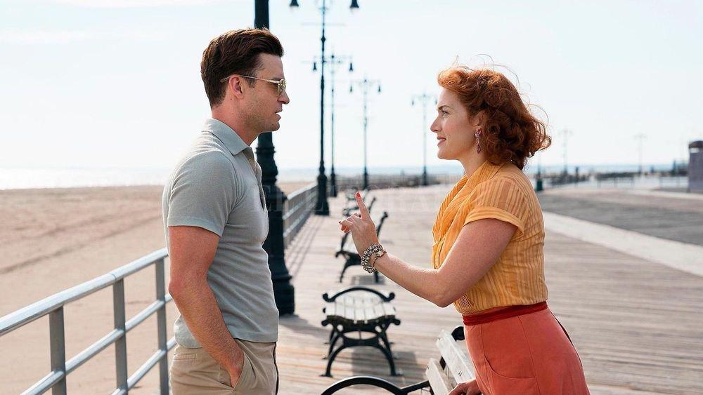 Ginny (Kate Winslet), una mesera disconforme con su vida, se involucra sentimentalmente con el joven guardavidas Mickey (Justin Timberlake). Gentileza Amazon Studios