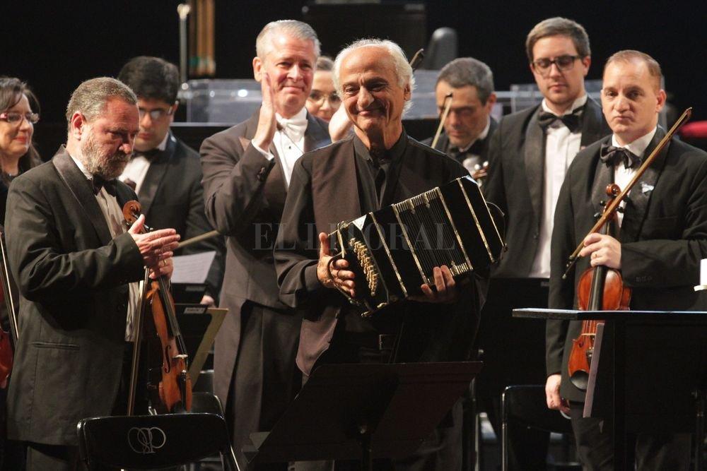 En la velada de gala del 24 de Mayo, los músicos de la orquesta compartieron escenario con Néstor Marconi.  Manuel Fabatía