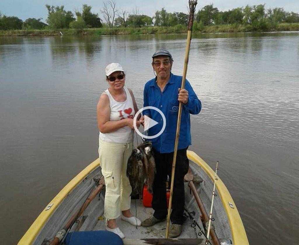 Estela Ríos y Benito Sosa, en una de sus habituales incursiones de pesca.  <strong>Foto:</strong> Prensa Ministerio de Seguridad de Santa Fe