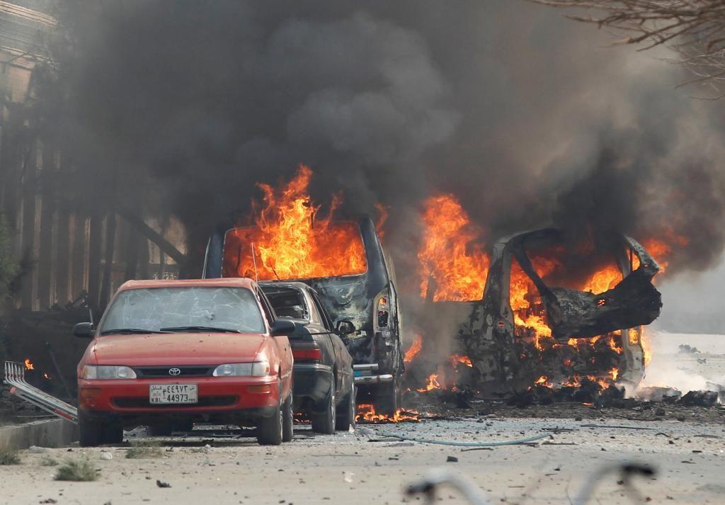 Coches en llamas después de la explosión cerca de la sede de Save The Children en Jalalabad, Afganistán. Crédito: Internet
