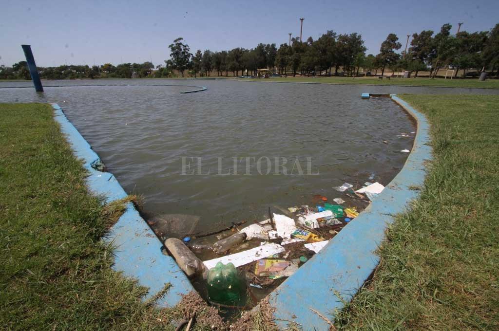 Los residuos, de todo tipo, flotan a largo y ancho en los piletones del Parque del Sur.  Mauricio Garín