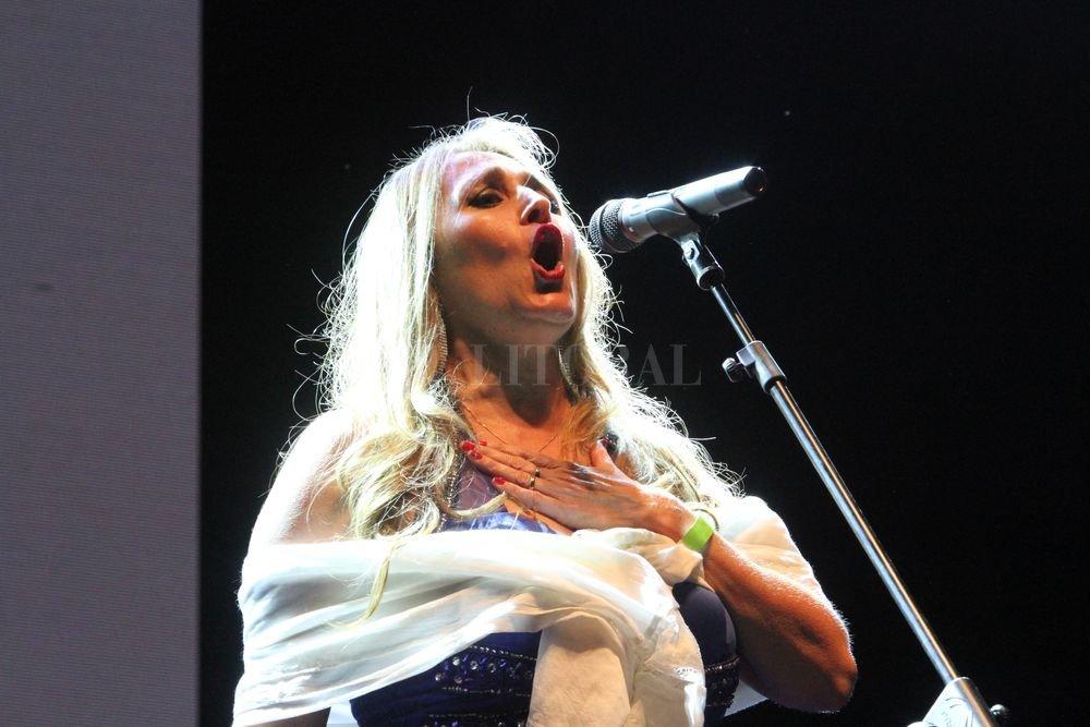 """Caligaris, durante su actuación en el escenario guadalupano: además del Himno Nacional cantó """"Alfonsina y el mar"""" y el """"Ave María"""" de Piazzolla. Amancio Alem"""
