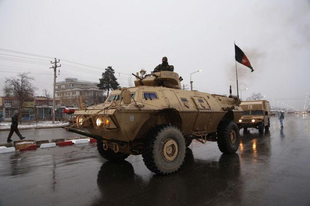 Personal de seguridad afgano llega al sitio del ataque en la academia Marshal Fahim en Kabul, Afganistán. AP Photo/ Rahmat Gul