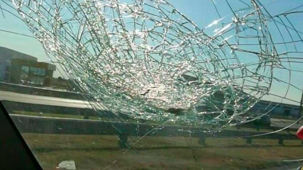 Así quedó el parabrisas de uno de los autos atacados <strong>Foto:</strong> Rosario3