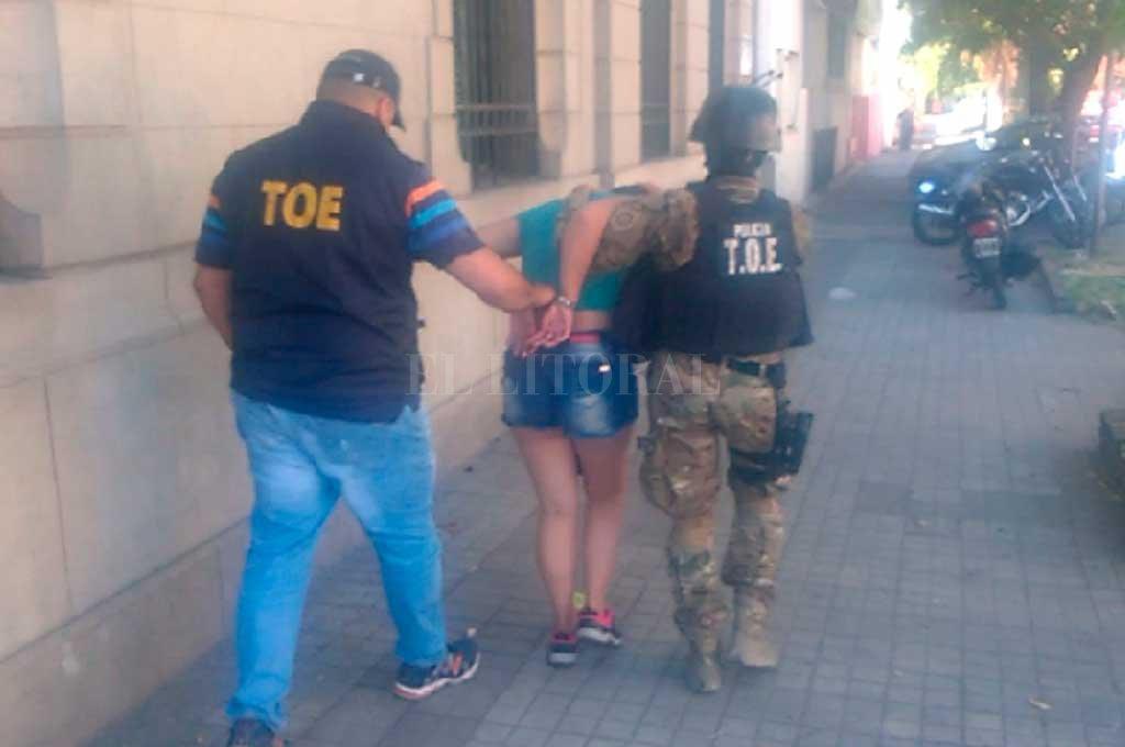 La mujer fue sacada ayer de una casa de la calle Lamadrid al 4400. <strong>Foto:</strong> Gentileza Ministerio de Seguridad de Santa Fe