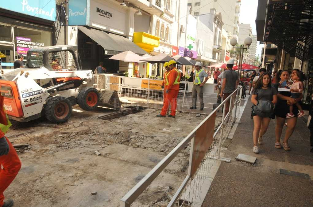 En marcha. Entre calle Salta y Mendoza, los obreros comenzaron la remodelación. Luego trabajarán entre Salta y Lisandro de la Torre. Crédito: Guillermo Di Salvatore