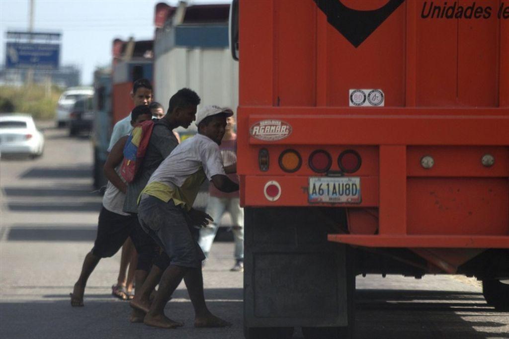 Saqueo a un camión en Venezuela. <strong>Foto:</strong> AP