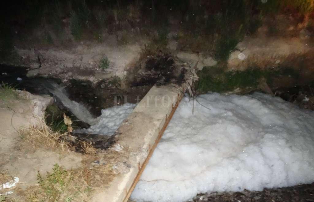 Espuma. Casi dos metros de altura tenía esta espuma que apareció en el vertedero sobre el río Salado. Crédito: Gentileza Juan Martín Mastropaolo.
