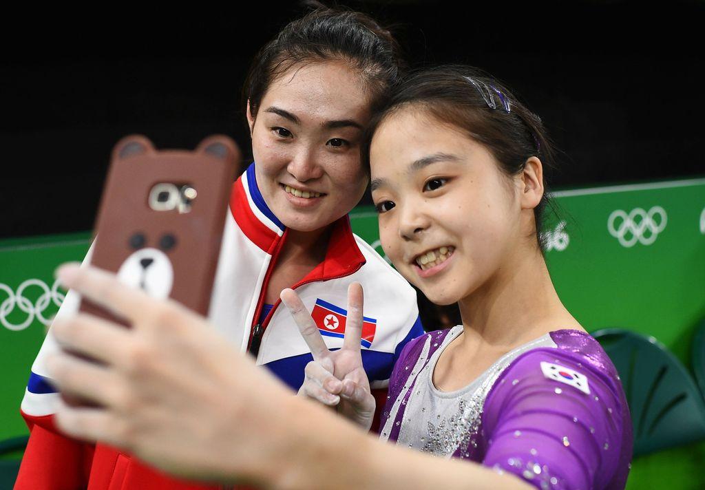 La selfie que unió a las dos Coreas: las gimnastas Lee Eun-Ju, de Corea del Sur, y Hong Un Jong, de Corea del Norte, muy sonrientes se toman una foto. <strong>Foto:</strong> Reuters