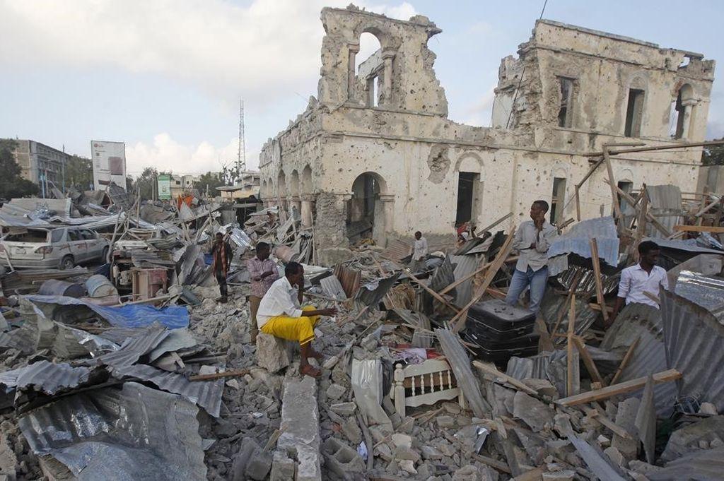Un edificio destruido tras un ataque con un coche bomba en Mogadiscio. <strong>Foto:</strong>  / PERIODICO (AP / FARAH ABDI WARSAMEH)