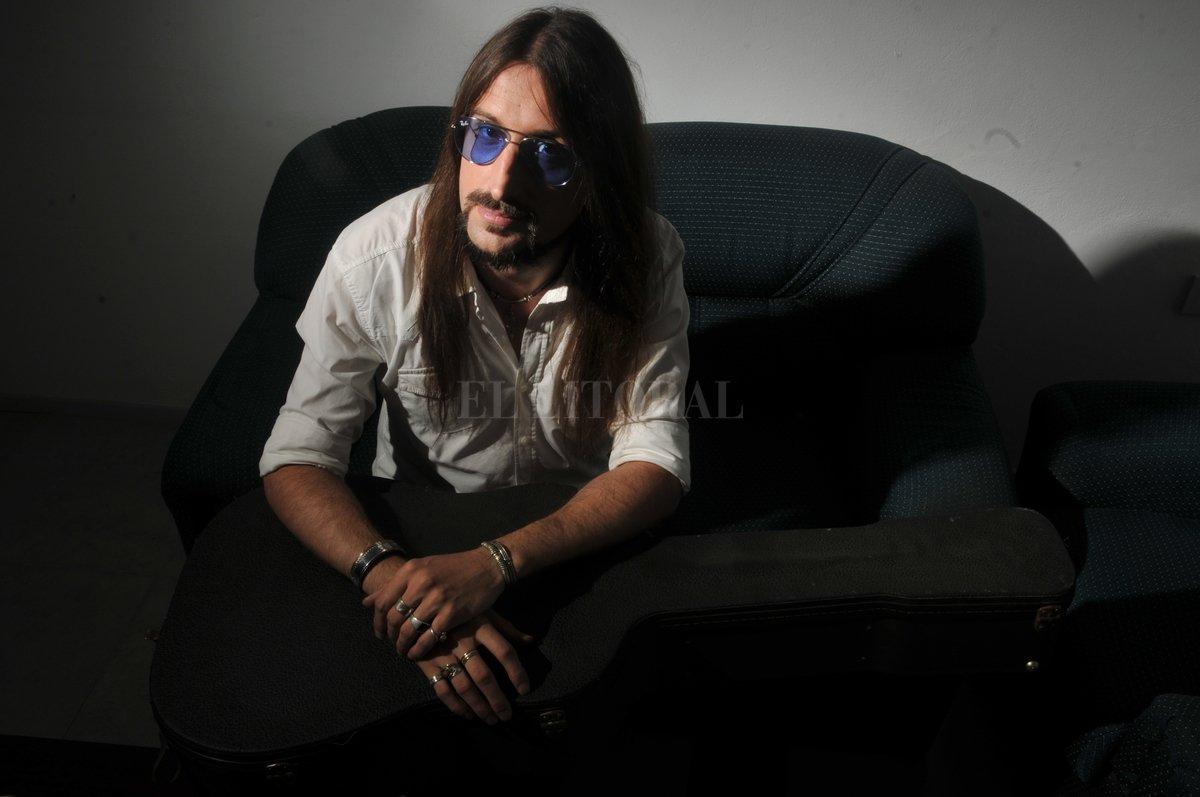 """""""El blues sirve para expresar los sentimientos de una forma visceral, no necesariamente triste"""", contó Periotti a El Litoral. Flavio Raina"""