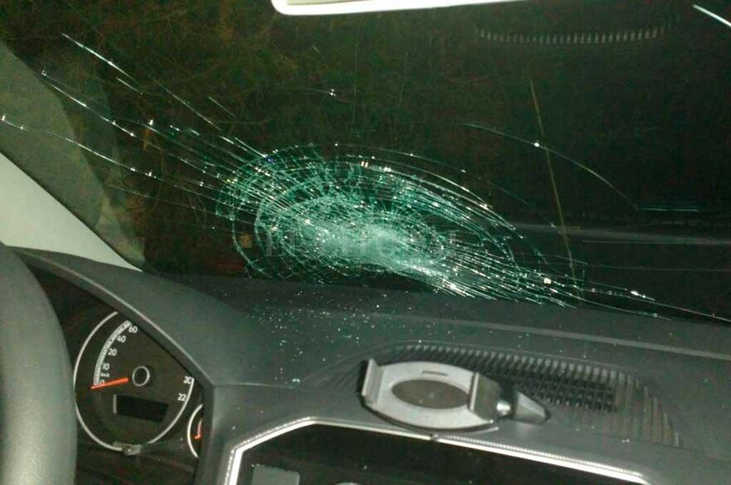 Así quedó el parabrisas del auto atacado Periodismo Ciudadano / WhatsApp