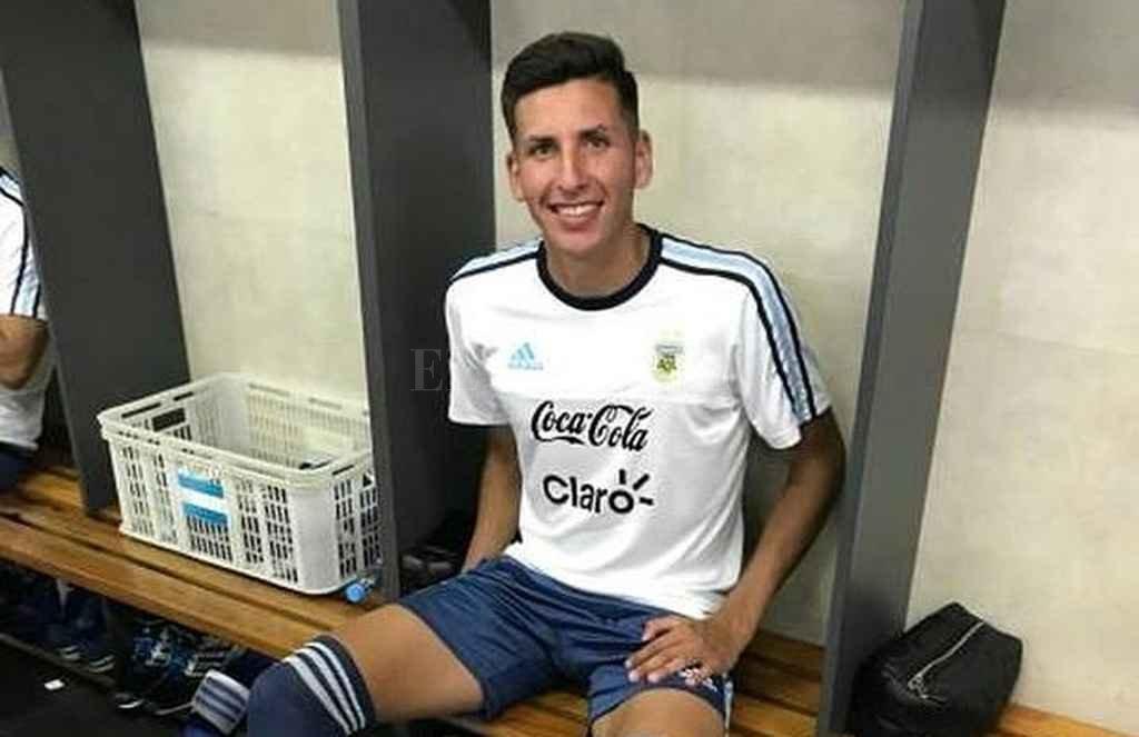 Mariano Gómez y el orgullo de ponerse la celeste y blanca. Es un marcador central de gran estatura que ya tiene dos partidos en la primera de Unión. Crédito: El Litoral