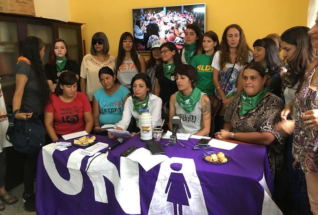 Las referentes de la Mesa Ni Una Menos Santa Fe en la conferencia de prensa que se realizó este lunes.  <strong>Foto:</strong> El Litoral.