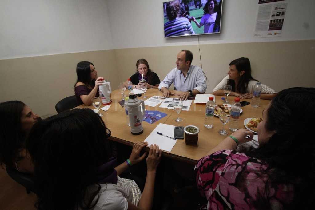 Reunión. El intendente José Corral mantuvo un encuentro con responsables del Área Mujer y las funcionarias María Martín y Cecilia Battistutti.  Crédito: Mauricio Garin