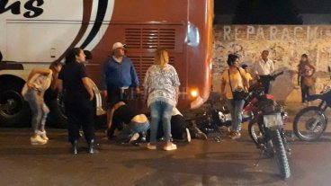 Motociclista embistió a un colectivo estacionado