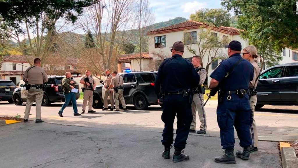 Hombre armado mantene a tres rehenes en una residencia militar de California