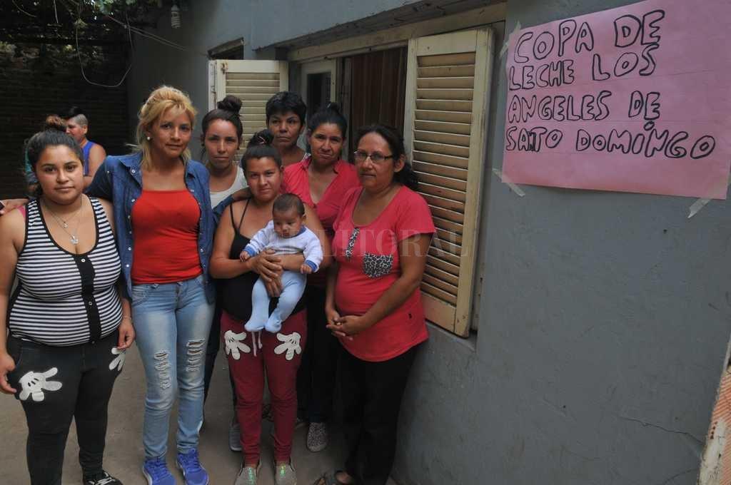 """El grupo de Los Ángeles de Barrio Santo Domingo. """"A la copa de leche la hacemos por nuestros hijos, y porque todos pasamos por estas necesidades. No queremos que se queden sin ir a la escuela"""", dice Cabrera (en la foto, de blusa roja y camisa de jean). Luis Cetraro"""