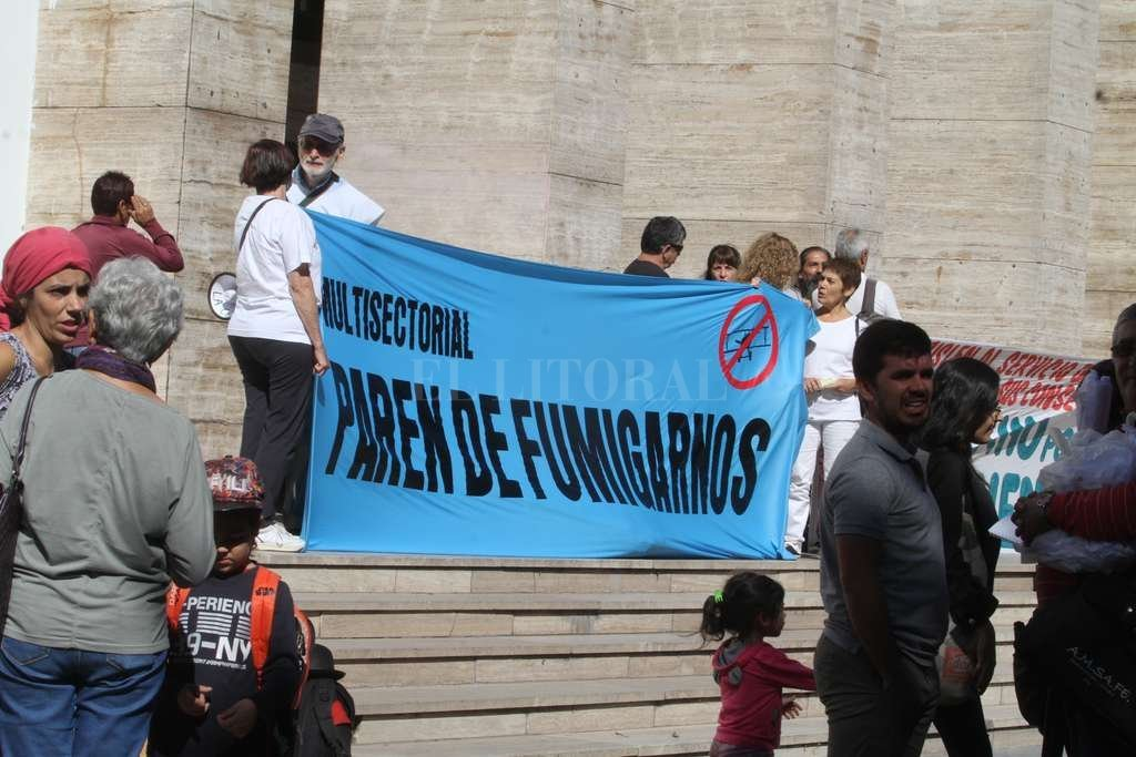Manifestantes de las entidades ambientalistas participaron ayer de la presentación del proyecto. <strong>Foto:</strong> Guillermo Di Salvatore