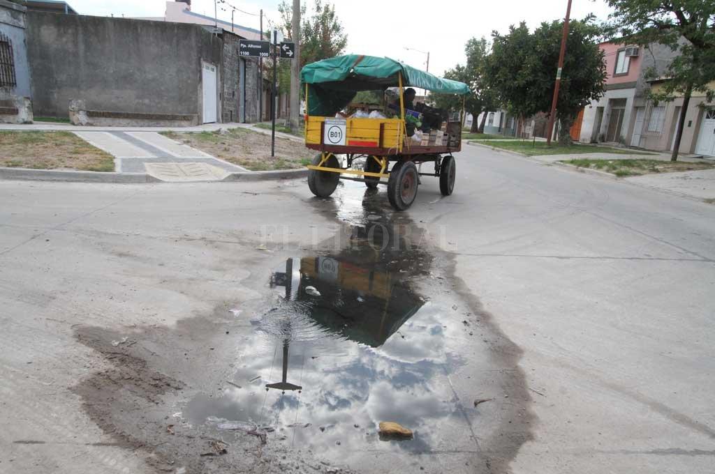 Feo olor. Es el que se percibe en la zona, cuyo asfalto y cloacas son nuevos, pero tienen el problema de la emanación de líquidos. Crédito: Guillermo Di Salvatore