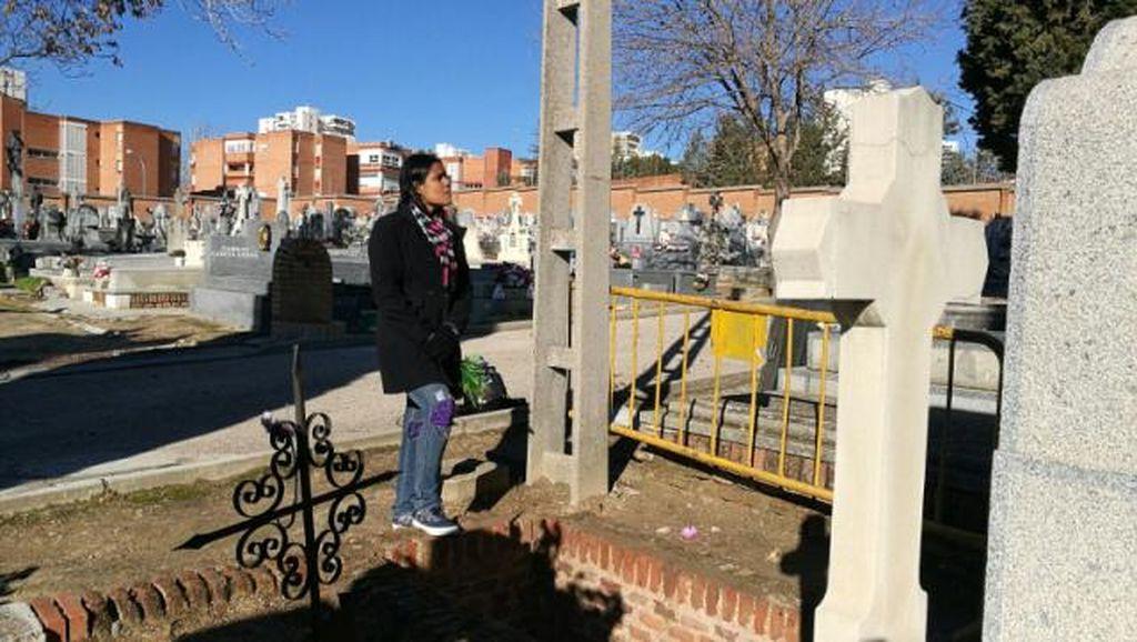 Mitchel Vargas regresó a la tumba que la tragó viva para colocar las flores al difunto.  <strong>Foto:</strong> Carleth Morales