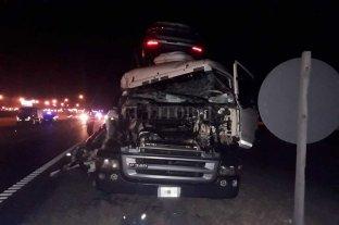 Fuerte choque entre dos camiones en la autopista Rosario - Buenos Aires