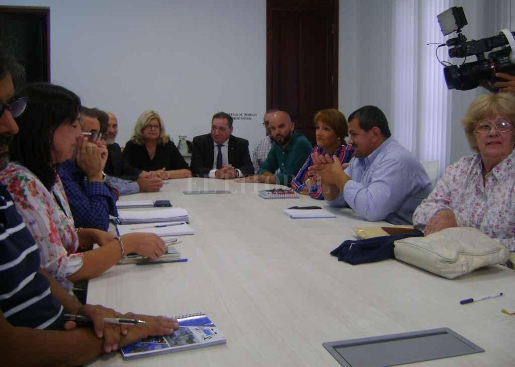 La ministra de Educación, Claudia Balagué, junto a funcionarios de la cartera laboral y dirigentes de los gremios docentes.  Crédito: Gentileza Ministerio de Educación Santa Fe
