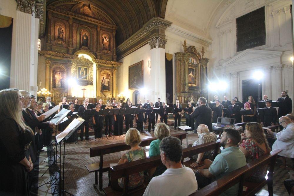Los coreutas del organismo provincial durante el concierto de apertura de temporada realizado en el Santuario Nuestra Señora de los Milagros de la ciudad de Santa Fe. Crédito: Pablo Aguirre