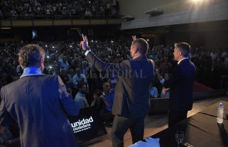 Rafael Correa, Leandro Busatto y Agustín Rossi en un multitudinario acto en Santa Fe