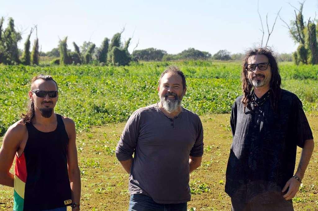 Big Ton, la banda de reggae nacida en la isla de Arroyo Leyes, Santa Fe, está integrada por Pablo Ferreyra, en la batería; Javier Otamendi, en guitarras, y Gastón Ramos, en voz y sintetizadores (a ellos se suma Diego Aguilar en percusión). <strong>Foto:</strong> Gentileza producción