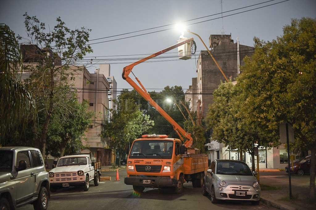 La foto (del mes pasado) muestra la colocación de una lámpara led por parte de operarios municipales, en barrio Candioti. Crédito: Archivo El Litoral