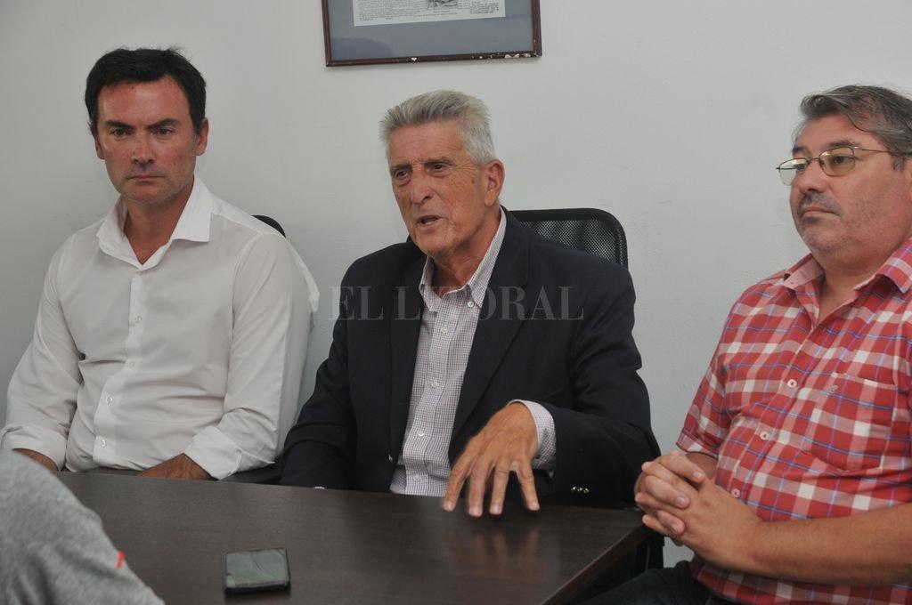 El ex juez José Manuel GarcÍa Porta llegó a la Redacción de El Litoral acompañado por el abogado Jorge Mullor y Cristian Juárez, miembros de Espacio Ciudadano. <strong>Foto:</strong> Luis Cetraro