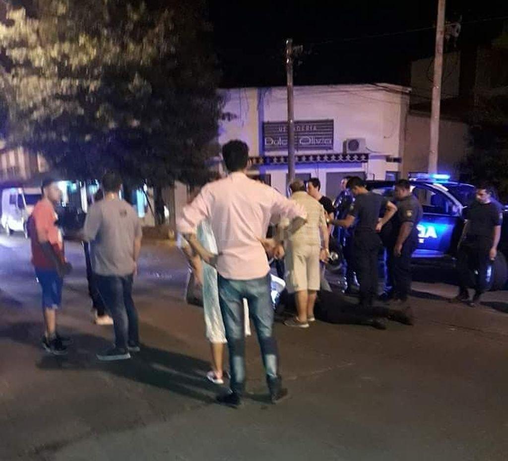 Había una médica entre los vecinos de la zona, quien le brindó los primeros auxilios. <strong>Foto:</strong> Periodismo Ciudadano